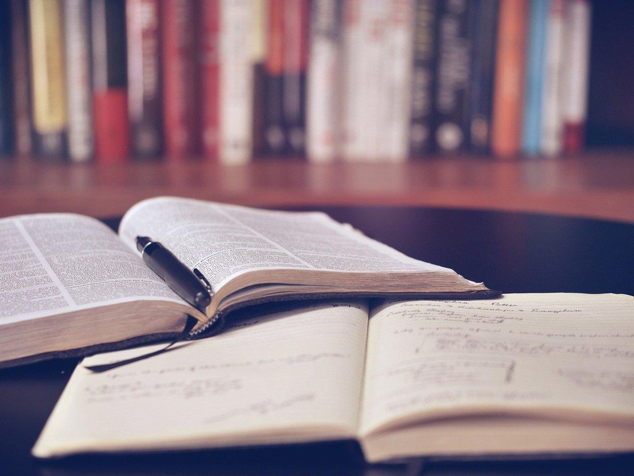 【学生向け】声優になる前に必要な勉強7選|読書や呼吸法など